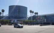 E3场馆周边的街景图 《辐射76》巨幅海报最夺目