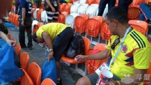 世界杯日球迷赛后捡垃圾