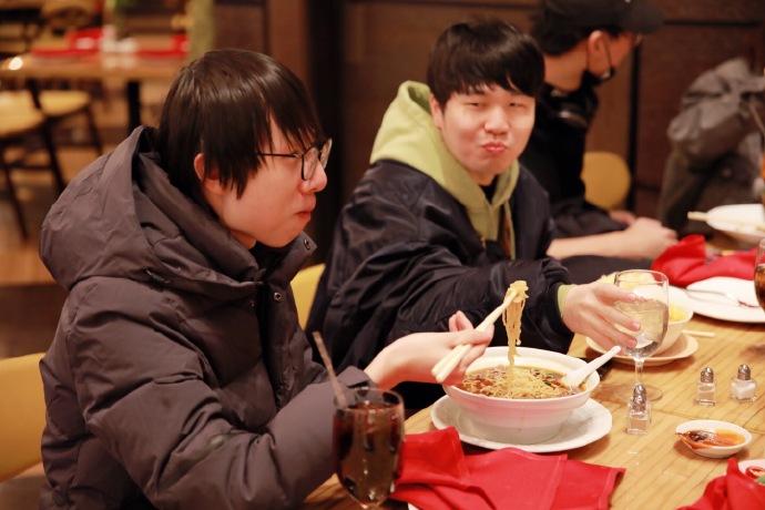 RNG队员抵达美国:小狗香锅精神饱满