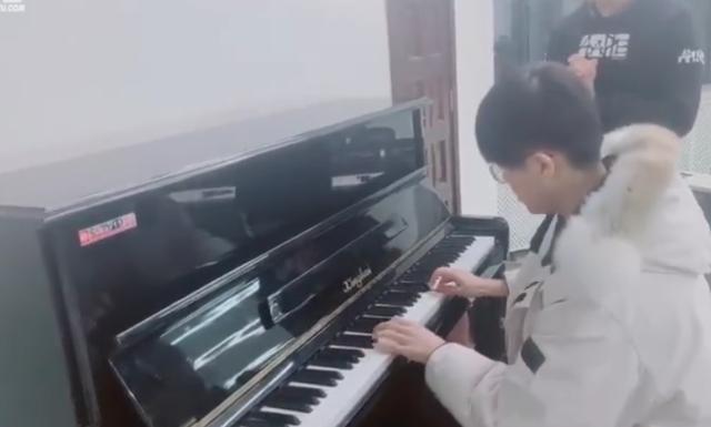 多才多艺姿态?清华大学演讲钢琴独奏