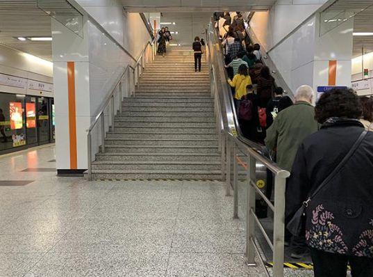 地铁叫停左行右立的具体情况