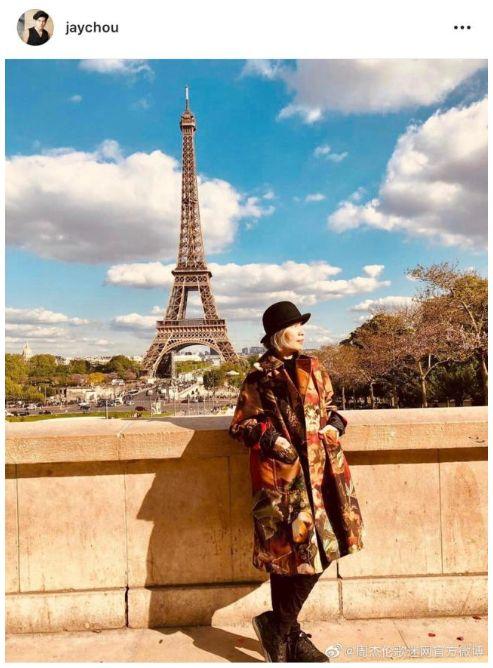 周杰伦频晒埃菲尔铁塔:5月13日,周杰伦在社交平台上晒出一张女儿的背影照。照片中,小周周在艾菲尔铁塔下张开双臂欢快奔跑,长发披肩,活泼可爱。