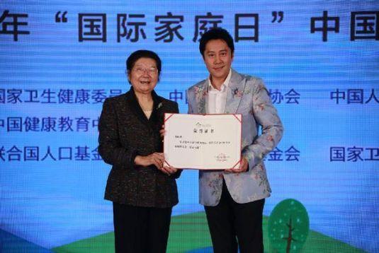 """国际家庭日:5月13日,由三大委员会和基金会联合主办的""""爱心呵护婴幼儿健康成长——2019'国际家庭日'中国宣传活动""""在北京国际会议中心举行。"""