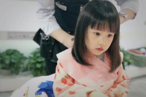 黄磊晒多妹新发型,大眼睛齐刘海呆萌可爱