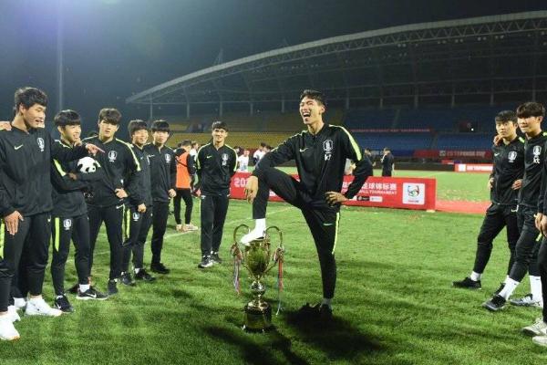 中国足协:谴责韩国队员侮辱奖杯行为,已向亚足联上报