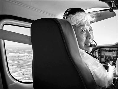 """82岁""""硬核奶奶""""重返蓝天:祖国若需要,我还能飞"""