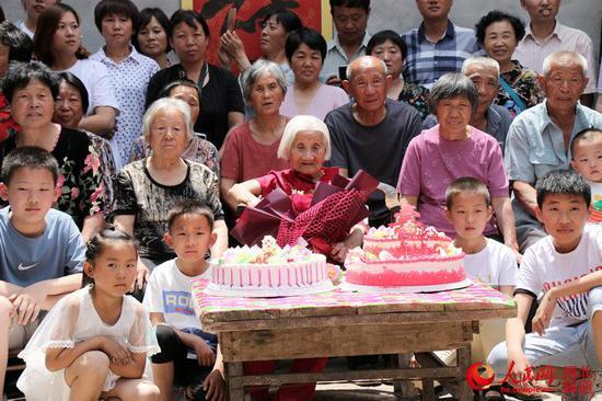 五代168口同堂:河北103岁老人五代168口同堂,最小的玄孙9个月大
