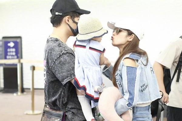 付辛博现身机场:付辛博一家三口走机场,1岁小月亮戴渔夫帽很可爱