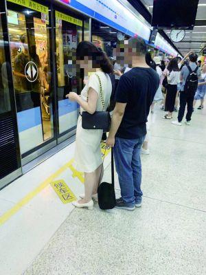 地铁偷拍女乘客:南京一色狼偷拍女乘客裙底,保洁大姐拍照报警