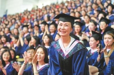 母女读研妈妈结业:母女同读研妈妈先结业,大学校长为55岁硕士点赞!