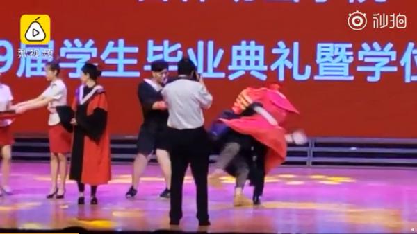 抱校长转圈摔倒:男生结业仪式上抱校长转圈摔倒