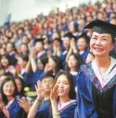 母女读研妈妈结业:大学校长为55岁硕士点赞!母女同读研妈妈先结业