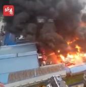 六安一墟市火灾:安徽六安义乌小商品墟市附近起火,现场浓烟滚滚