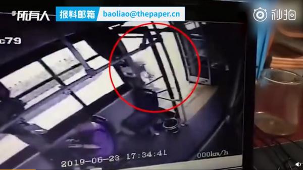 上错公交从后门跳车:女孩疑因上错公交,行驶途中从后门跳车