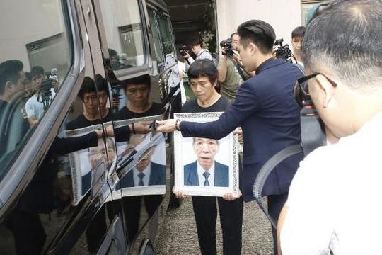 69岁TVB演员李兆基今日出殡,遗孀捧遗照送别