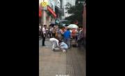 解放碑高空坠物:重庆解放碑玻璃窗高坠砸路人