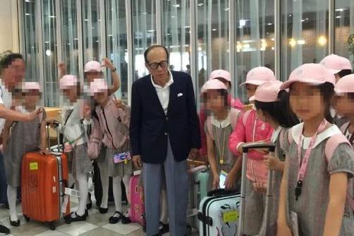 李嘉诚机场偶遇孩子资助旅费是怎么回事-李嘉诚机场偶遇孩子资助旅费详情介绍