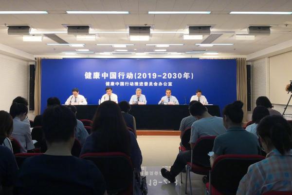 国家卫健委回应游客在故宫吸烟:严厉谴责,分别给予200元处罚