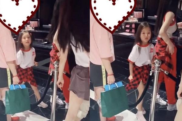 李小璐帶甜馨逛街 甜馨乖巧站在媽媽身后