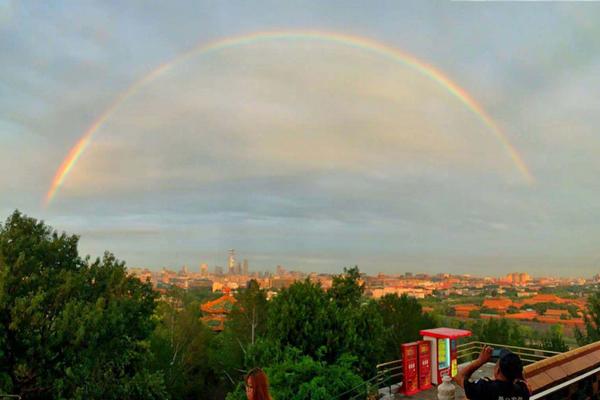 雨后北京上空出现彩虹!