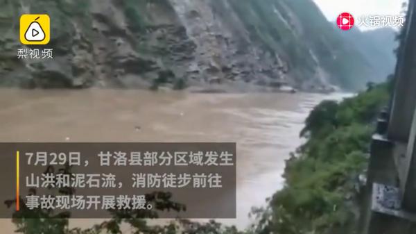 四川甘洛突发泥石流,消防头顶飞石救120人,目前有7人失联!