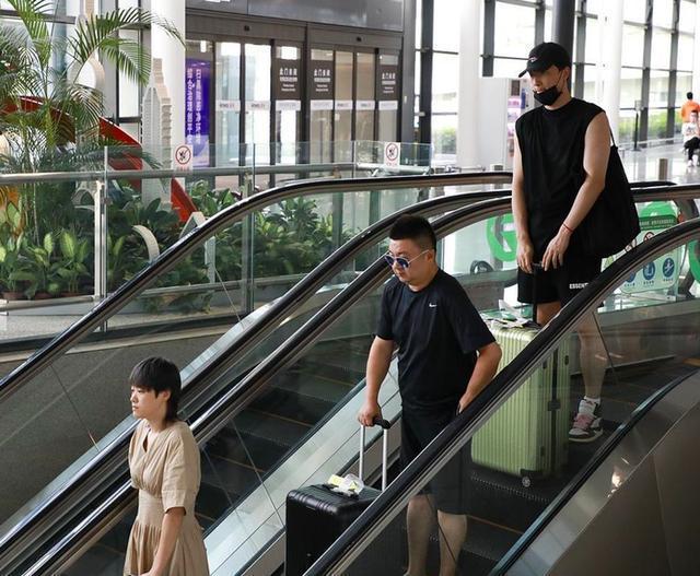 刘翔与妻子吴莎现身机场,两人一前一后保持距离,十分低调
