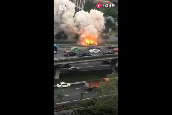 四川成都成渝立交附近发生爆炸事故,网友拍下多次爆燃瞬间