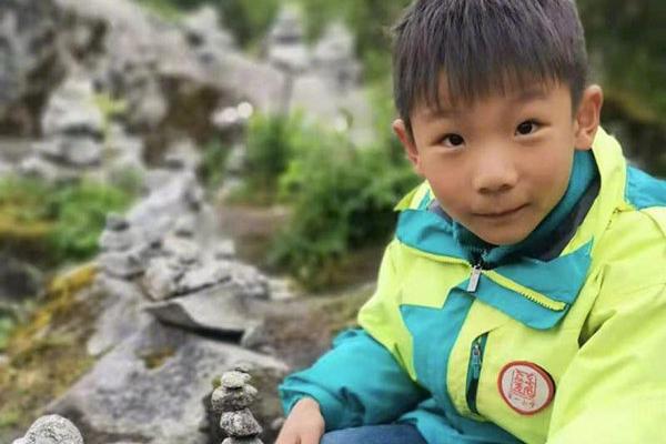 8岁男孩景区失联:湖北8岁男孩四川海螺沟景区失联5天,200余人出动搜救
