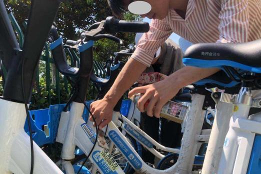 """一男子在共享单车上随意张贴小广告,被""""罚""""清理200辆共享单车"""