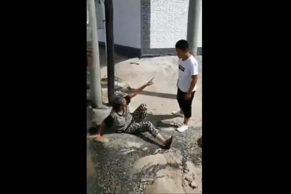 13岁男生殴打老太?公安:男孩与精神病患者冲突