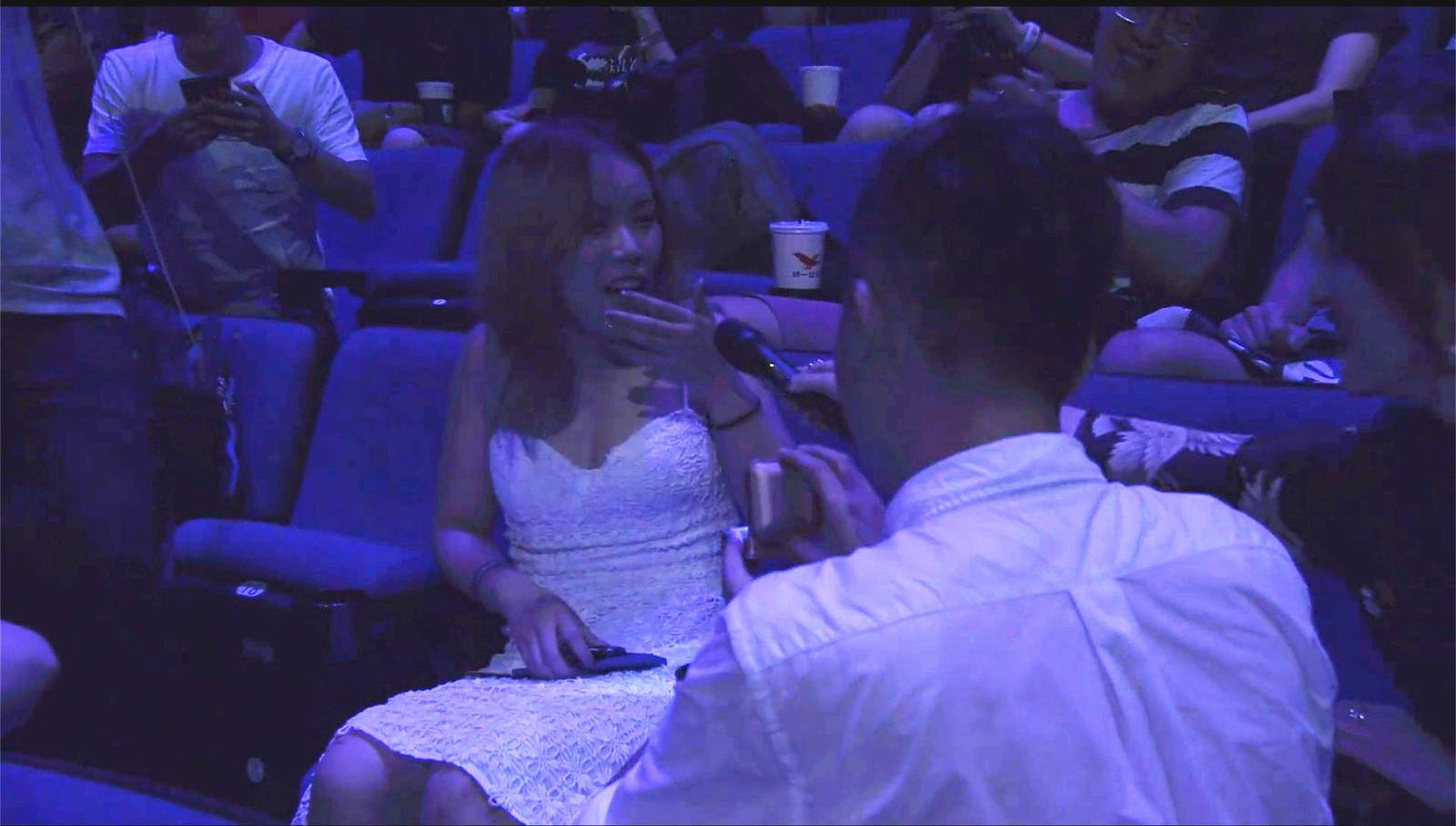 """DOTA玩家在接受采访时现场求婚,全场高呼""""答应他"""""""