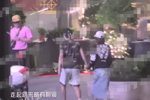 王丽坤被拍与秘密男牵手逛街,两人十指紧扣并一同就餐