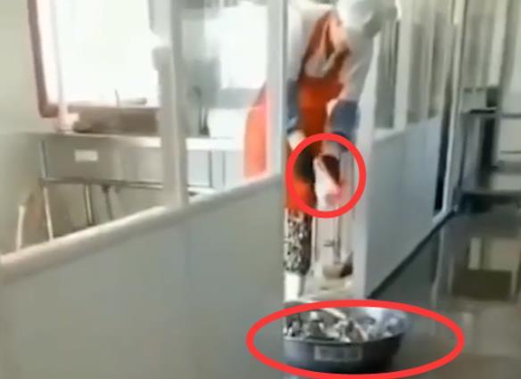 辽宁一小学用洗衣粉洗餐具用脚刷勺子,官方通报:负责人已被停职