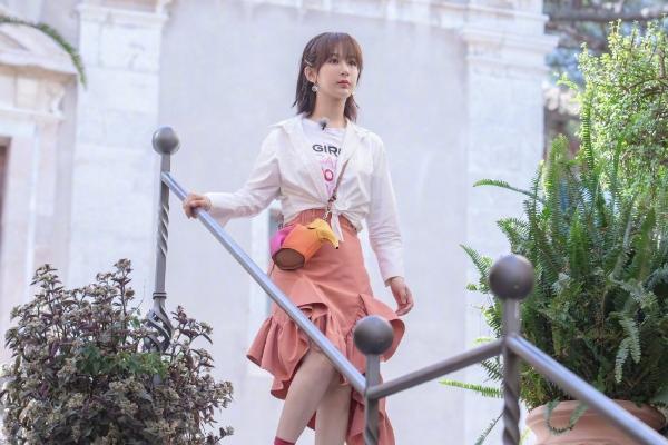 中餐厅杨紫荷叶边半裙,整体搭配清纯可爱