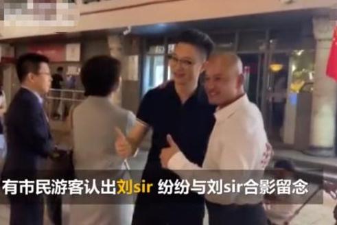 香港光头警长刘sir夜游王府井,被游客认出纷纷求合影