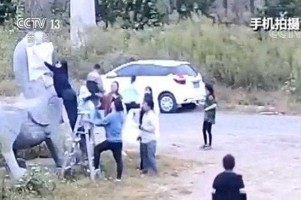 江苏1500岁南朝石刻遭非法拓印,当地警方介入调查,涉案教师已道歉