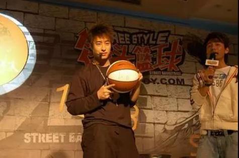 毒奶黄旭东出战《街头篮球》怀旧服,还记得当年挤房间的疯狂吗?