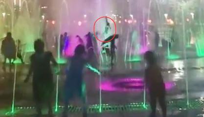 孩子被喷泉水柱冲起数米腾空翻转详情介绍