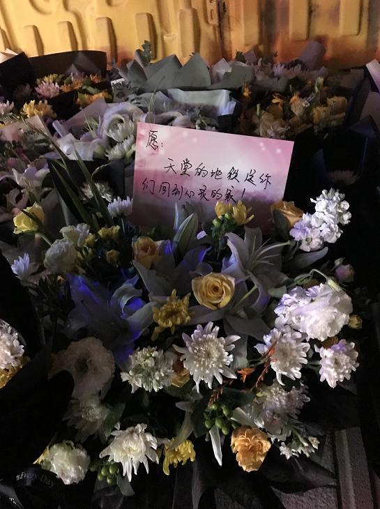 郑州5号线地铁口摆满鲜花是怎么回事