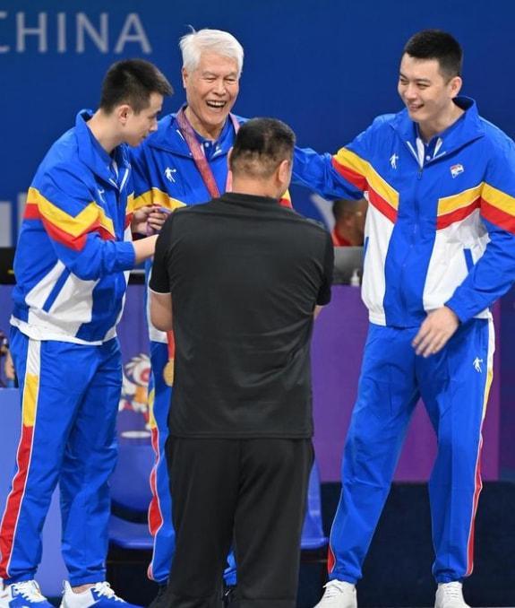 杨鸣把金牌让给蒋兴权指导是怎么回事